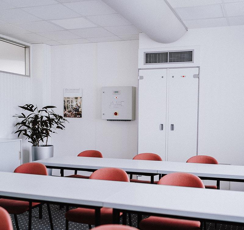 Luftverteilungen mit textilen Schläuchen. Diese lassen sich mit geringem baulichem Aufwand montieren. Der Lufteintrag in den Raum erfolgt turbulenzarm nach dem Prinzip der Quelllüftung. Bildquelle: WOLF GmbH