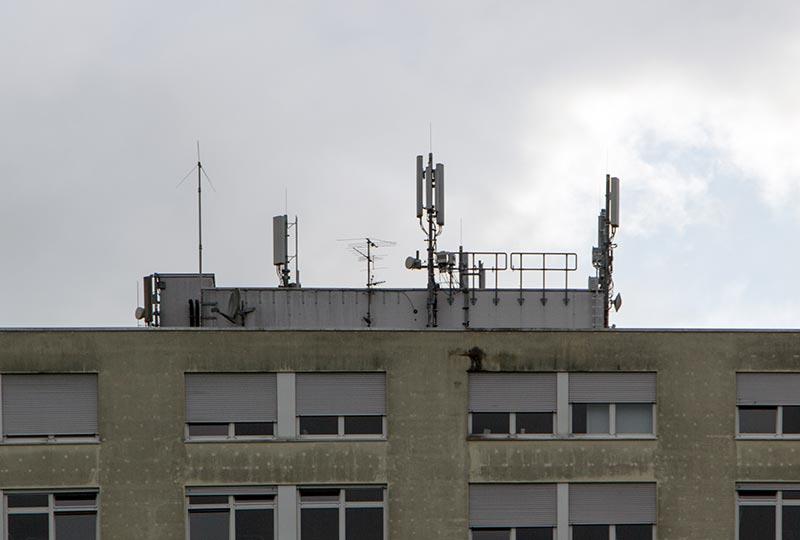 Offenkundig gehen von diesem Mobilfunkanlagen auf dem Dach des Dernbacher Krankenhaus keine Gesundheitsgefährdung aus.