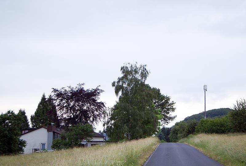 Willmenrod ist älter als Guckheim, aber offenkundig auch moderner vernetzt. Hier steht die Mobilfunkanlage auf der anderen Straßenseite, den Wohnhäusern direkt gegenüber.